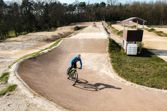 Zandhoven in lockdown vanwege de coronamaatregelen.  De broers Brend (16, blauwe trui) en Brian (15) Bolckmans hebben het BMX-parcours voor hen alleen.