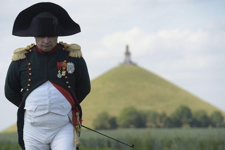 De Franse advocaat Frank Samsom, die Napoleon speelt bij de herdenking van de Slag bij Waterloo, tijdens de voorbereiding maandag. Beeld HH