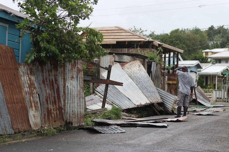 Een inwoner van Antigua neemt de schade op. Beeld ap