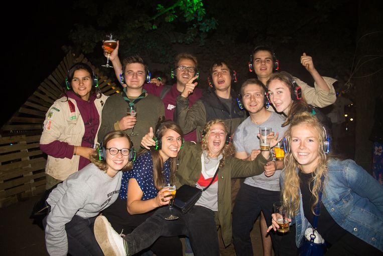 De scoutsgroep Sint-Tarsicius houdt voor het eerst een 'silent disco', een fuif met hoofdtelefoons.