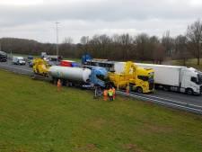 Tankwagen belandt in vangrail op A1 bij Wilp