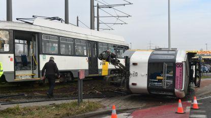 Tram belandt op zijn zij vlak naast oprit E313, drie passagiers en chauffeur lichtgewond
