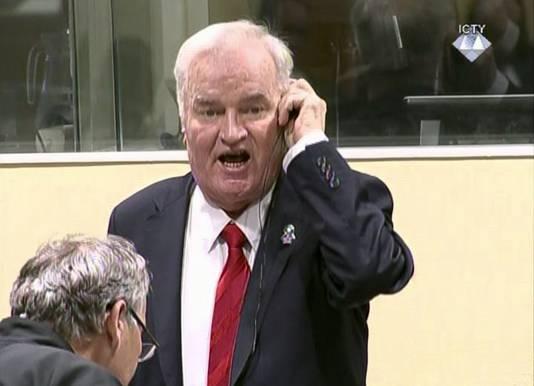 Een boze Ratko Mladic, vlak voor zijn verwijdering door de voorzitter van het Joegoslavië-tribunaal.