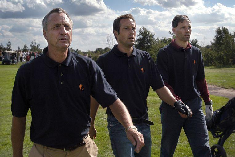 John van `t Schip (midden) in 2004 op de golfbaan van Kaatsheuvel met Johan Cruijff en Marco van Basten. Op voorspraak van Cruijff waren Van Basten en Van `t Schip dat jaar benoemd als bondscoaches van Oranje. Beeld null