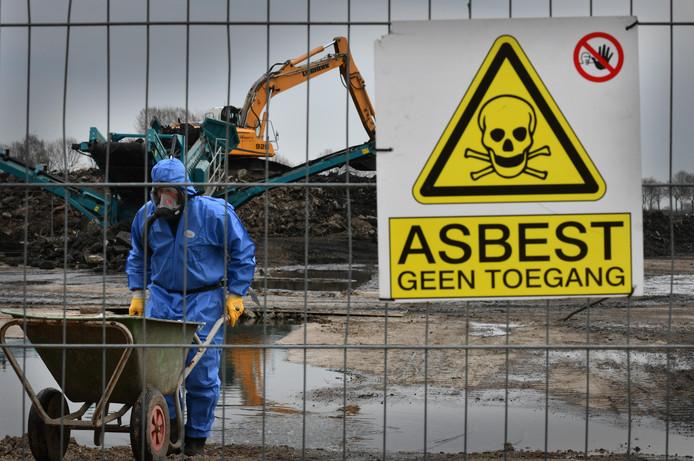 De prijzen voor het opruimen van asbest zijn doorgeschoten, stellen woningbouwcorporaties, asbestexperts en wetenschappers.