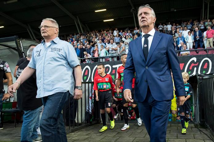 Cees Kornelis (links) verrichtte samen met oud-PSV'er Willy van der Kuijlen vorig seizoen de aftrap van NEC-PSV.