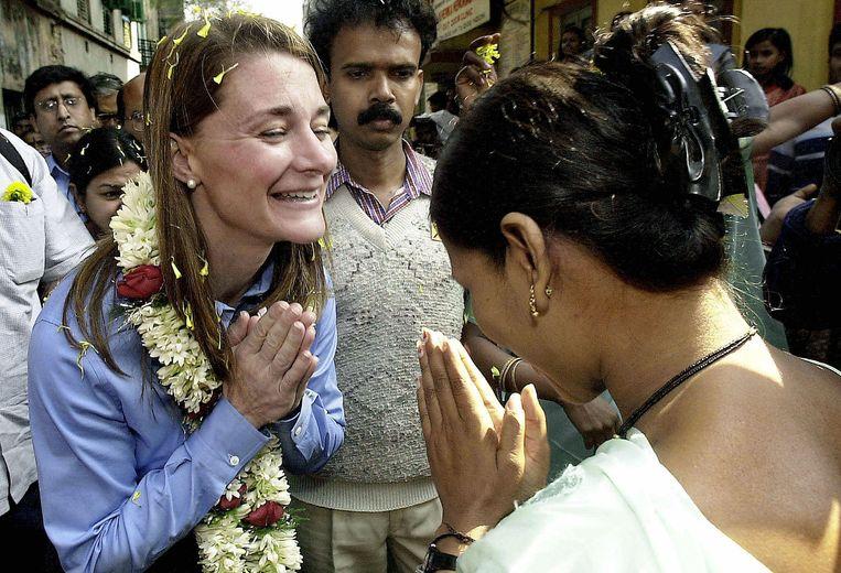 Een Indiase sekswerker begroet Melinda Gates (l) bij een aidspreventiecentrum in Calcutta. 'Ik wil dat mensen empathie voelen bij verhalen die hen bereiken, en dat ze zeggen: wat kan ík doen?' Beeld AFP