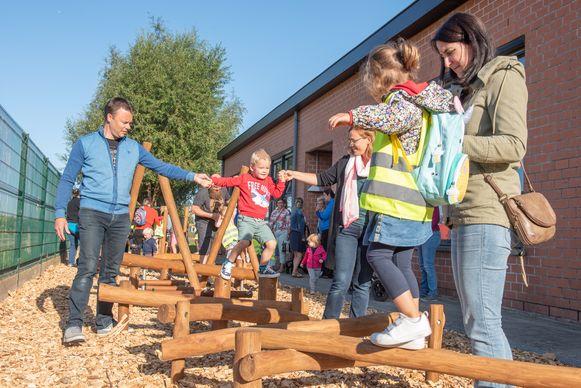 Dé verrassing op de eerste schooldag: het nieuwe hindernissenpark, een cadeau van het oudercomité van de school.