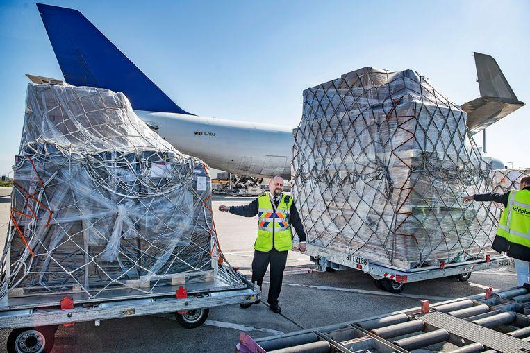 Alleen het vrachtverkeer op Schiphol is gestegen, van zo'n 35 dagelijkse vluchten naar 60 stuks, grotendeels om de vracht op te vangen die normaal in de buik van passagiersvliegtuigen gaat. Beeld Guus Dubbelman / de Volkskrant