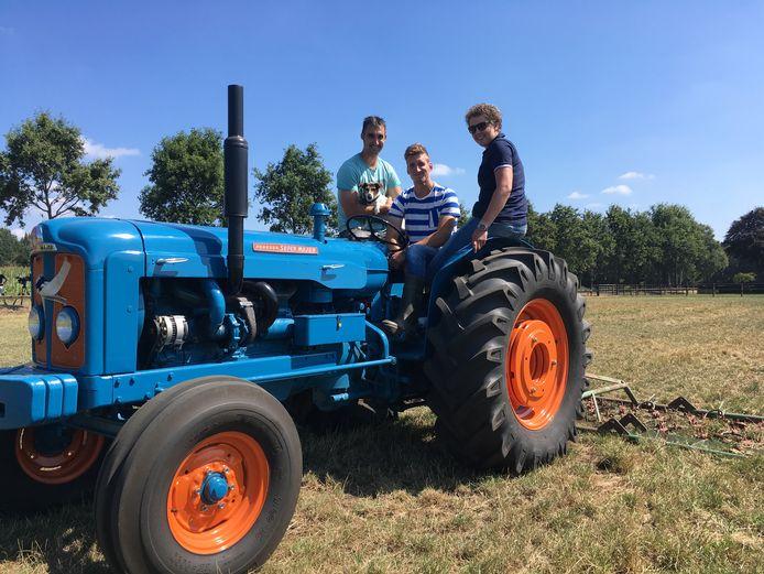 Harrold met Roel en Steffi op zijn tractor in Boekel tijdens Boer Zoekt Vrouw.