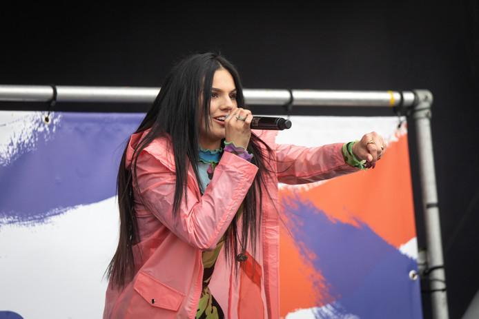 Famke Louise, hier in actie tijdens het Bevrijdingsfestival in Wageningen, komt in september naar Rijswijk.