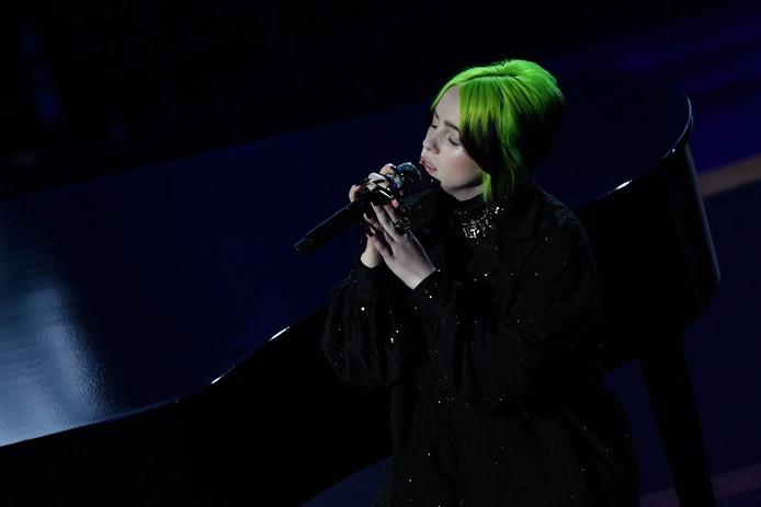 Billie Eilish performs tijdens haar optreden op het Oscar-gala.