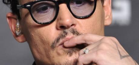 """Johnny Depp confirme ses fiançailles avec sa """"bague de fille"""""""