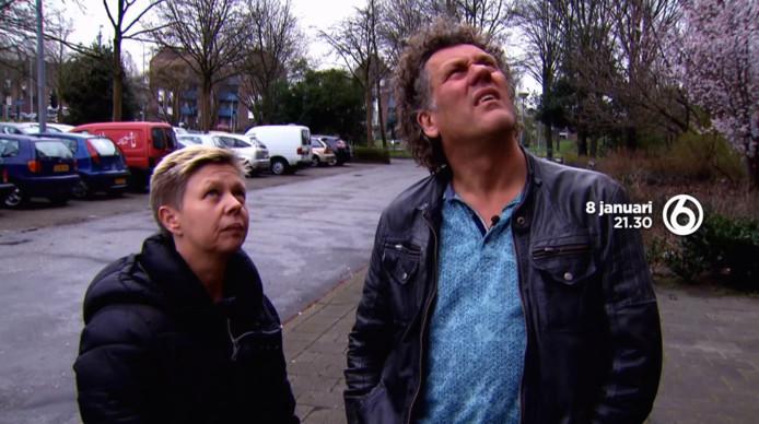 Programmamaker Kees van der Spek kijkt met de moeder van Bryan naar de flat waar de Edenaar in 2010 van af zou zijn gesprongen.