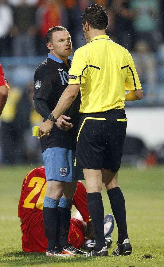 Rooney krijgt rood van arbiter Stark in Montenegro.