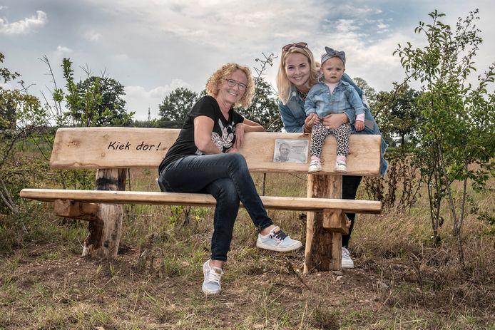 Wilma Eikholt samen met haar dochter Linn en kleindochter Kiki op een van de negen bankjes.
