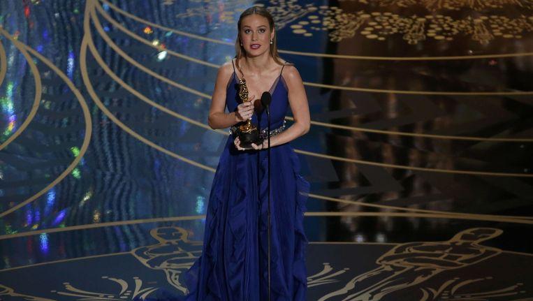Brie Larson neemt de Oscar voor beste actrice in ontvangst. Beeld reuters