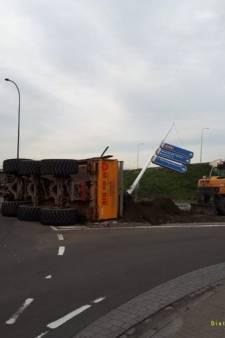 Kantelende aanhangwagen 'verliest' 22 kuub zand op rotonde in Waalwijk