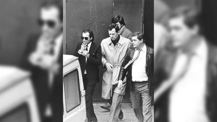Cevdet Y. (met zonnebril), begeleid door politieagenten.