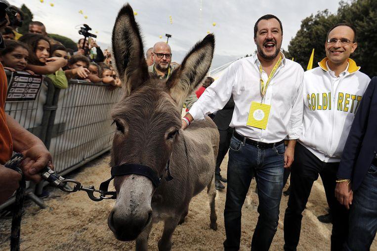 De Italiaanse vicepremier Matteo Salvini (2e. rechts) vanmiddag op een landbouwersevent in Rome.