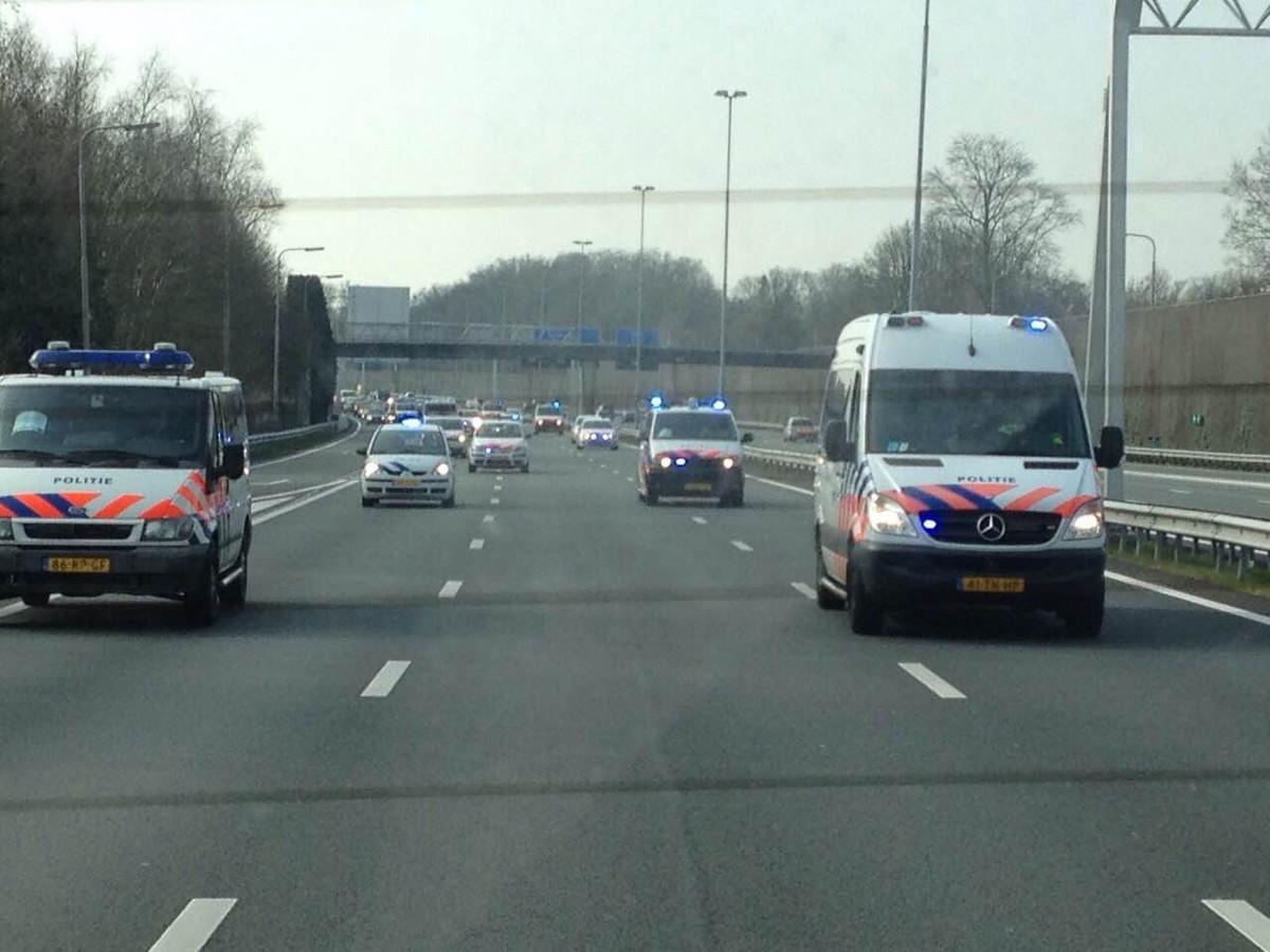 Politie voert actie op de snelweg nabij Vught.