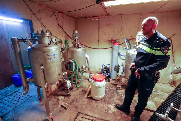 Het drugslab aan de Schouwberg in Hapert, met recherchechef Danny Frijters die uitleg geeft.