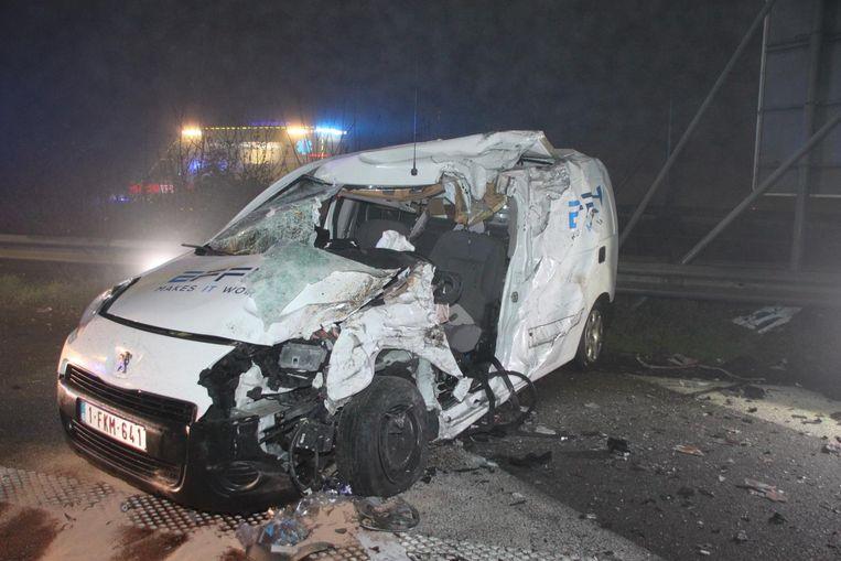 De bestuurder van de bestelwagen Peugeot raakte zwaargewond.
