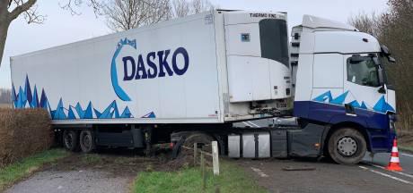Geschaarde vrachtwagen op N57 bij Serooskerke