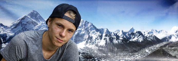 """Noah Strik uit Schijndel - alias dj STRX - voor een eigen foto van de Mount Everest in Nepal, een plek die hij in 2018 samen met zijn broer en ouders bezocht. ,,Ik ben door mijn ouders beïnvloed met de liefde voor Azië. Mijn sound is dan ook gebaseerd op oosterse snaarinstrumenten en fluiten."""""""