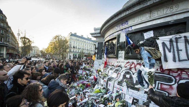 Mensen verzamelen zich in groten getale op Place de la Republique, daags na de bloedige aanslagen in Parijs Beeld anp