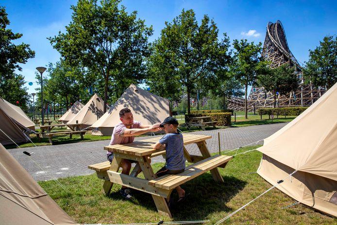 Tim van den Berg kampeert met zoon Finn op de camping van Toverland.