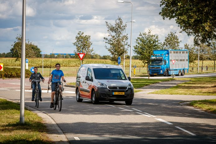 Door bezuinigingen van Staphorst sneuvelt het fietspadenplan. Onder meer de J.J. Gorterlaan - hier bij de rotonde - krijgt daardoor geen fietspad.