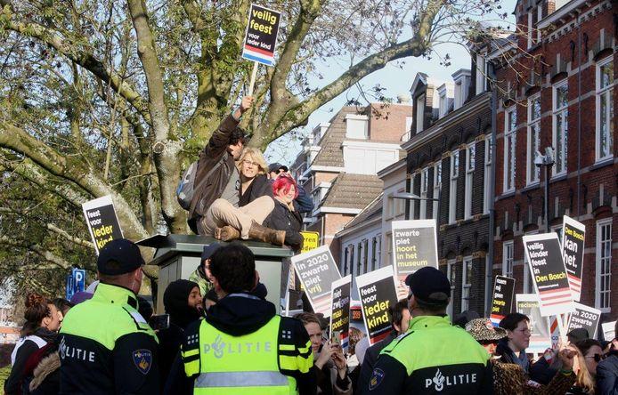 """In de Brabantse hoofdstad waren een veel agenten op de been, onder wie leden van de Mobiele Eenheid. Burgemeester Mikkers sprak van een grote inzet van politie. ,,Ruim honderd man. Die kwamen tot uit Amsterdam."""""""