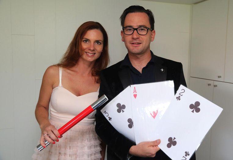 Goochelaar Stijn en zijn vrouw Ilse met hun magische speelkaarten.