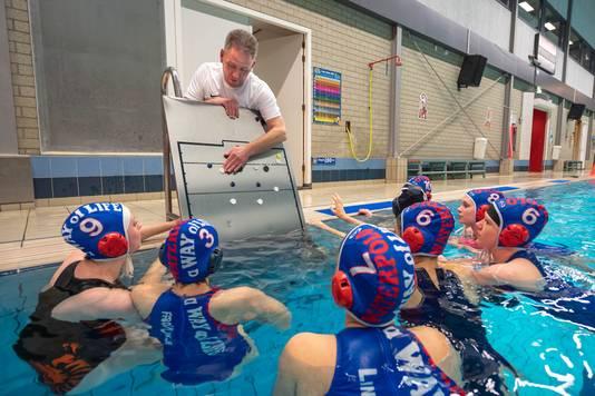 Wim Holleman, assistent-trainer van Thetis bespreekt de tactiek voor de komende wedstrijd.