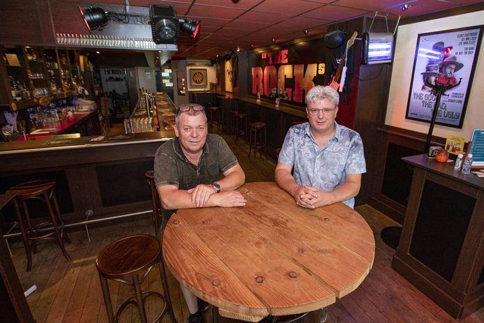 """André Hosmar (r) en Dinand Goossen, eigenaren van Café On The Rocks in Nijverdal: """"Plannen ontstonden in de late uurtjes van de zaterdagavond."""""""