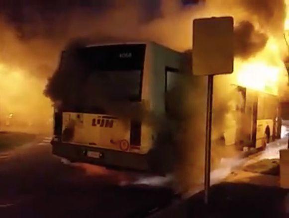 De bus brandde helemaal uit na een defect aan de motor.