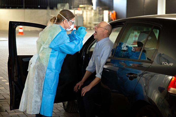Op dit moment is er nog maar één drive-thru van de GGD waar drie automobilisten tegelijkertijd getest kunnen worden. Steeds meer groepen kunnen hier terecht, maar vanaf 1 juni kan iedereen met klachten zich op afspraak laten testen.