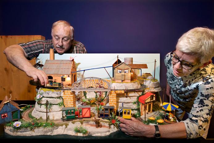 Ad Kohler en Marlies Moorthaemer leggen de laatste hand aan een maquette bij de expositie over modeltreintjes in 2016.