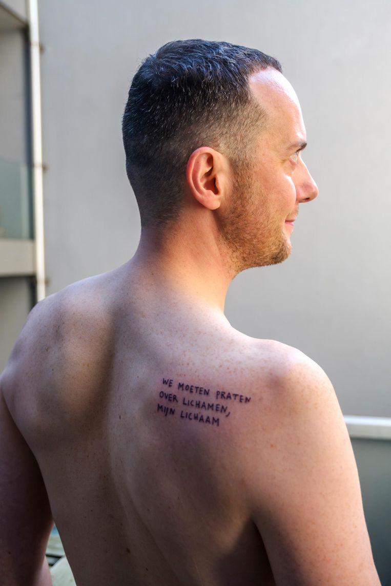 Op de rechterschouder van Frederik Swennen staat voortaan 'We moeten praten over lichamen, mijn lichaam'.