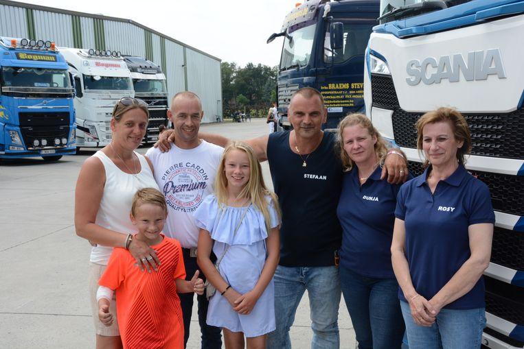 Daniella en David (links) woonden zaterdag de benefietactie bij in Moerbeke.