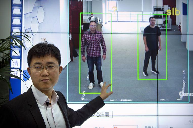 Ook als gezichten niet worden herkend, zijn er nog genoeg mogelijkheden om individuen te identificeren. De Chinese start-up Watrix maakt software waarmee dit gebeurt op basis van hoe mensen lopen en de omvang van hun lichaam.  Beeld null