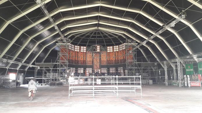 De tweede mainstage van Paaspop: Phoenix. Bijzondere van deze tent is dat er geen palen in staan.