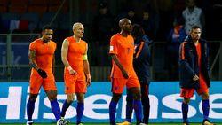 """Nederlandse pers snoeihard voor Oranje: """"Nederland zal min of meer opnieuw moeten leren voetballen"""""""
