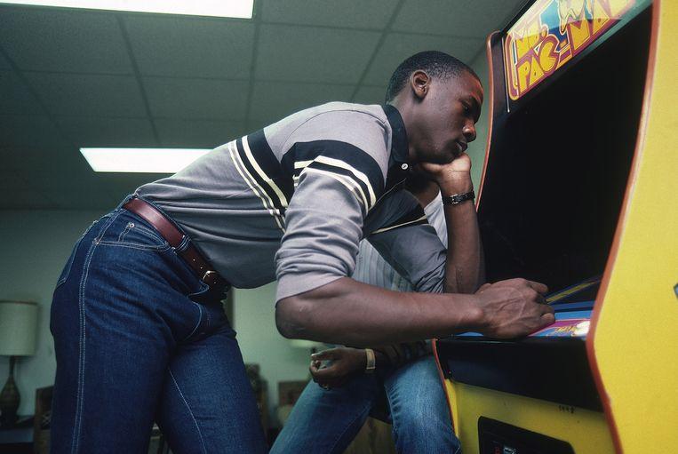 Basketballer Michael Jordan speelt Ms. Pac-Man in 1983.  Beeld Getty