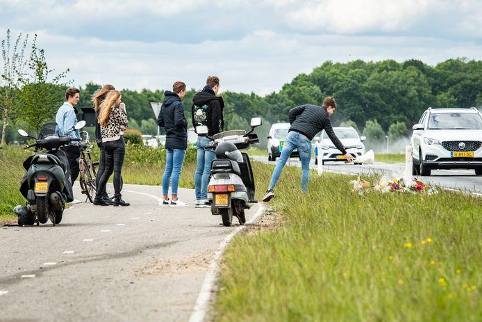 Op de plek waar gisteren een 18-jarige inwoner van Wijk bij Duurstede verongelukte worden tientallen bossen bloemen neergelegd. De sporen van het ongeluk zijn nog goed te zien.