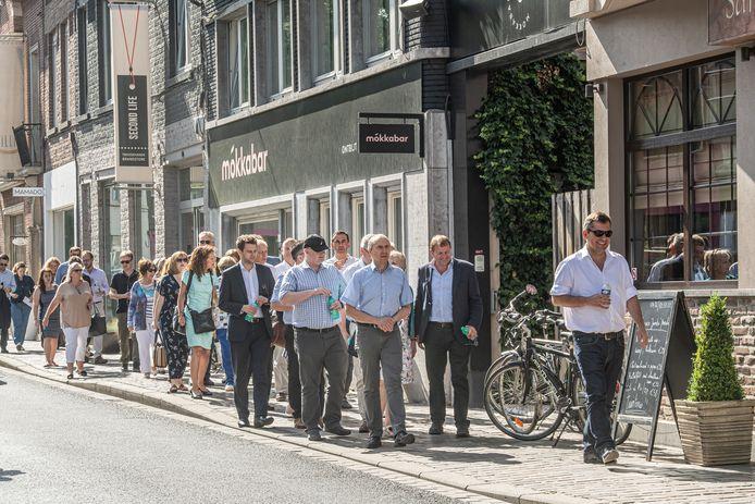 De Britse delegatie bezoekt het shoppinggebeuren in de binnenstad.