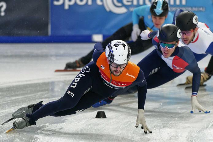 Shorttracker Itzhak te Laat in actie tijdens de kwalificaties bij de Europese kampioenschappen shorttrack in Hongarije.
