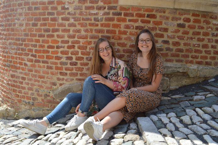 Vroedvrouwen Amanda Vanderheyden en Demi Renders van de nieuwe vroedvrouwenpraktijk AMAMI in de regio rond Ninove (foto genomen vóór de coronacrisis).
