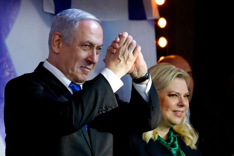 De Israëlische premier Benjamin Netanyahu met zijn vrouw op een campagnebijeenkomst van Likud in Petach Tikwa, vorige week. Beeld AFP